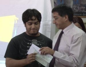 Ampuero entregó premios a estudiantes de la ciudad.