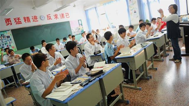 El profesor lidera y los estudiantes repiten al tiempo: la clase es considerada como una unidad. Foto: AFP