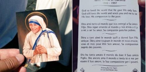 La estampita y oración de #SantaTeresadeCalcuta repartida en el Vaticano durante su canonización vía @MCarroggio