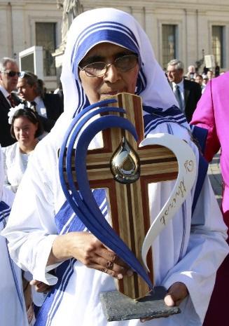 Reliquias de #SantaTeresadeCalcuta cargadas de simbolismo. Corazón, cruz, gota de agua, sangre, hermanas.